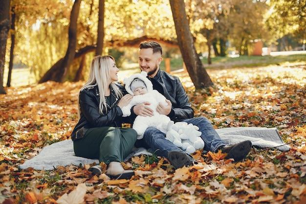Familie met dochter in een de herfstpark