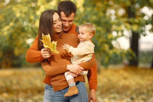 Familie met dochtertje in een herfst park