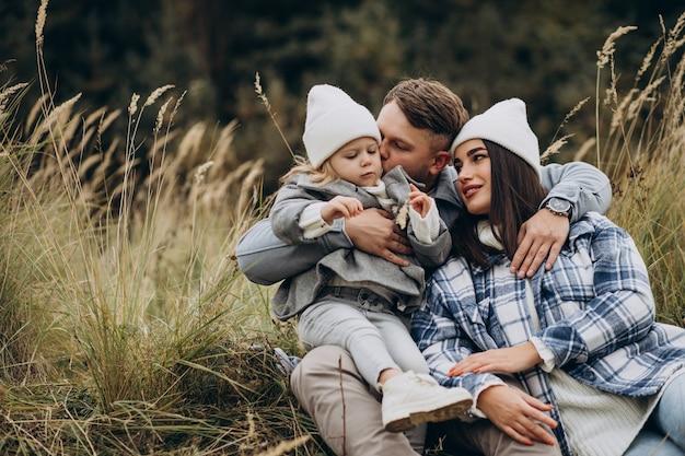 Familie met dochtertje samen in herfstweer met plezier