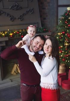Familie met dochtertje vieren nieuwjaar.