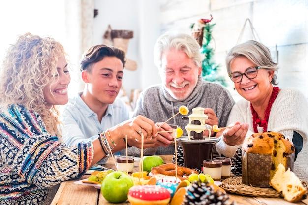 Familie met drie generaties genieten samen thuis van het feest
