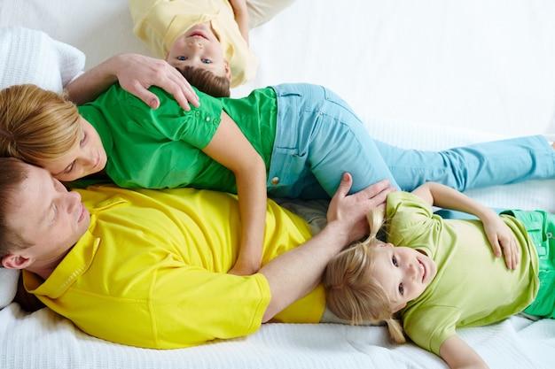 Familie met een goede tijd in bed