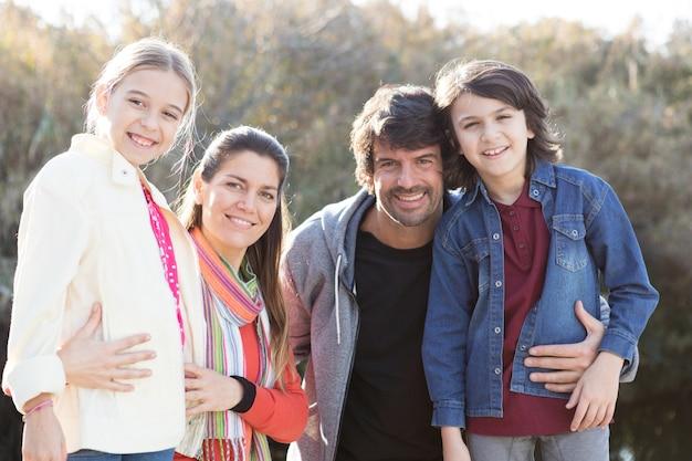 Familie met een grote glimlach in openlucht