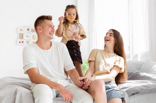 Familie met een leuk moment samen in bed
