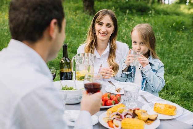 Familie met een picknick in de natuur