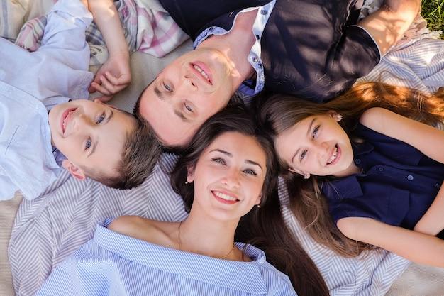 Familie met goede tijden buitenshuis