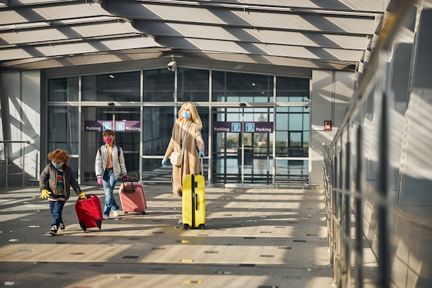 Familie met hun bezittingen in een zonnige luchthavenhal