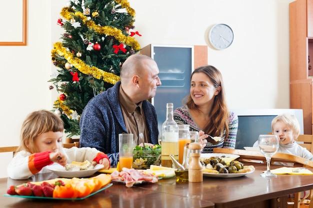 Familie met kerstmis