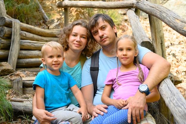 Familie met kleine kinderen is ontspannen tijdens een zomertrip