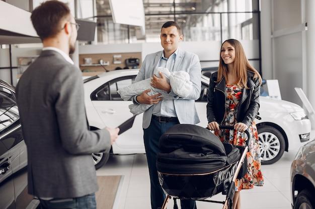 Familie met kleine zoon in een autosalon