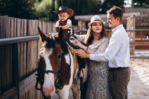 Familie met kleine zoon op boerderij