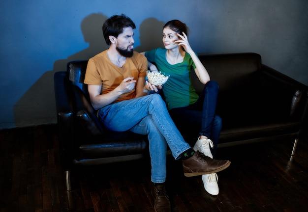 Familie met popcorn zittend op de bank tv-film kijken