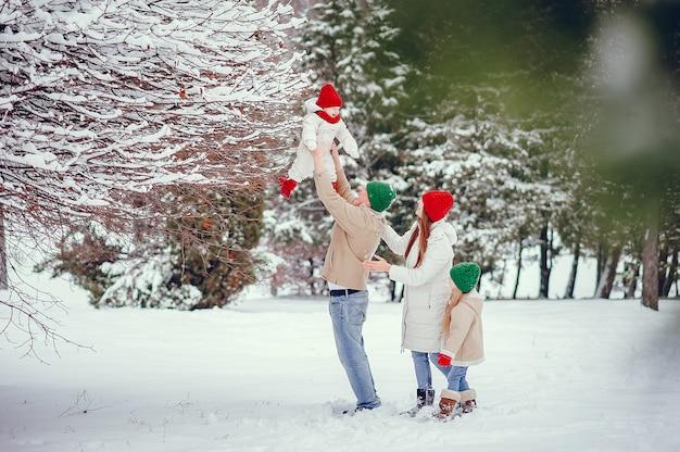 Familie met schattige dochters in een winter park