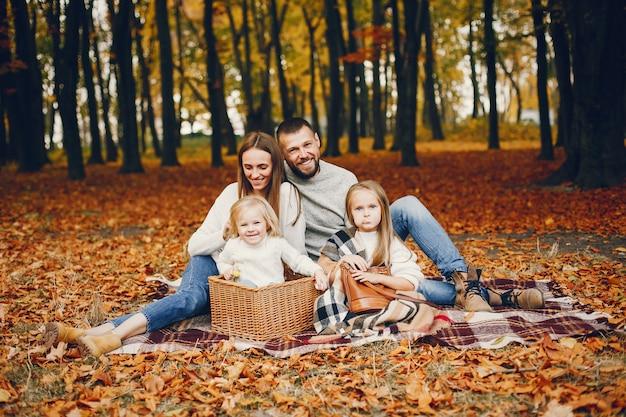 Familie met schattige kinderen in een herfst park