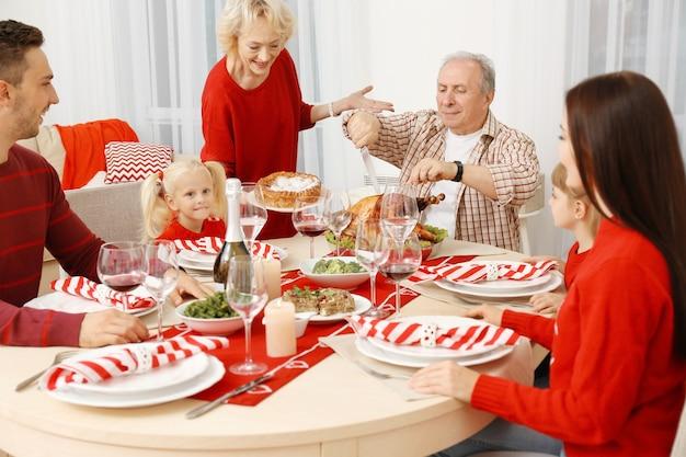 Familie met thanksgiving-diner in de woonkamer