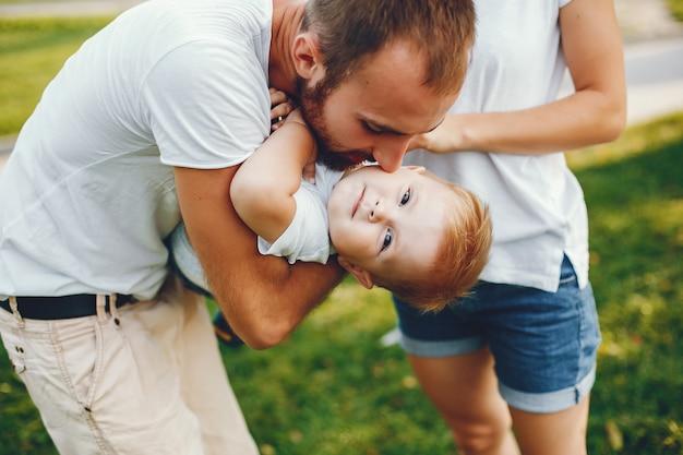 Familie met zoon het spelen in een de zomerpark