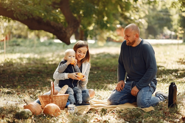 Familie met zoontje in een herfst park