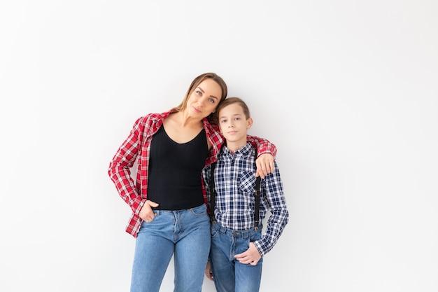 Familie-, mode- en moederdagconcept - portret van moeder en zoon gekleed in geruite overhemden