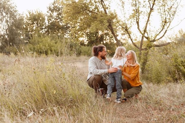 Familie moeder vader dochter op een wandeling samen gelukkig