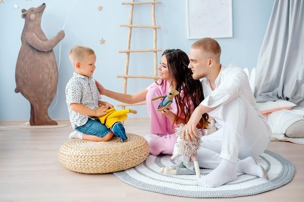 Familie moeder vader en zoontje spelen samen