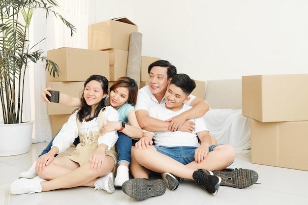 Familie nemen selfie in nieuw appartement