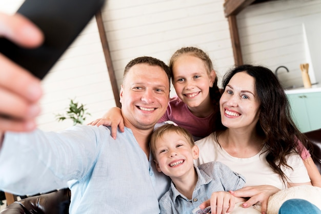 Familie nemen selfie thuis