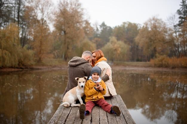 Familie ontspannen binnenshuis en aaien hond