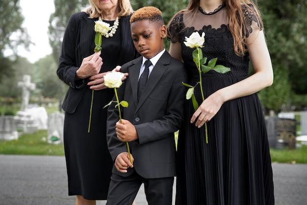 Familie op bezoek bij graf van dierbare