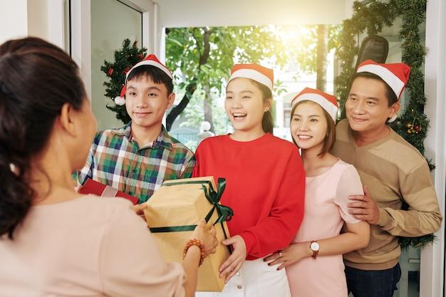 Familie op bezoek bij grootmoeder op kerstmis