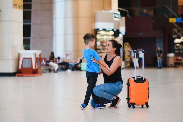 Familie op de luchthaven voor de vlucht.