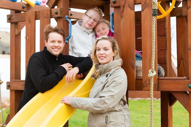Familie op de speelplaats