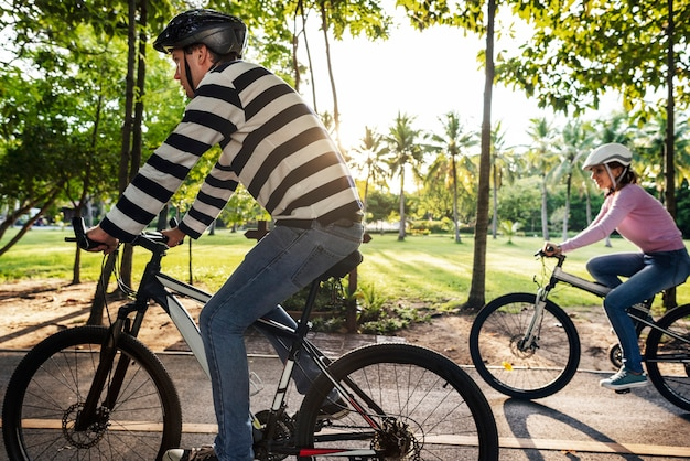 Familie op een fietstocht in het park