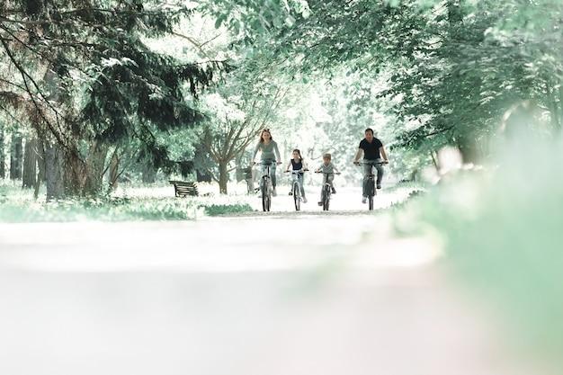 Familie op een ochtend fietstocht in het park