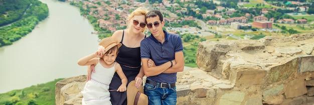 Familie op een van de bezienswaardigheden van georgië.