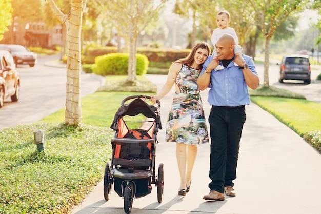 Familie op een wandeling