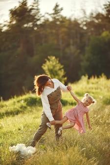 Familie op een zomergebied. sensuele foto. schattig klein meisje.