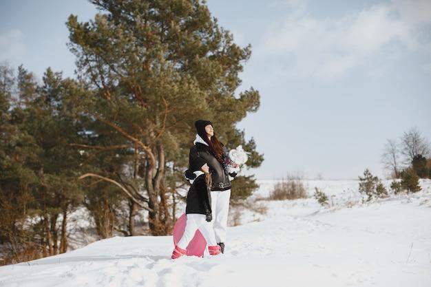 Familie op familie kerstvakantie. vrouw en meisje in een bos. mensen lopen.