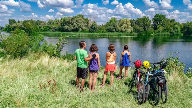 Familie op fietsen fietsen op fietsen buitenshuis