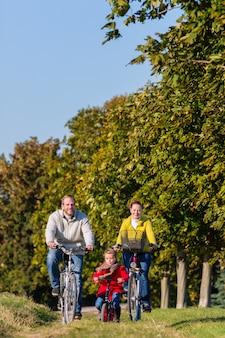Familie op fietstocht in park