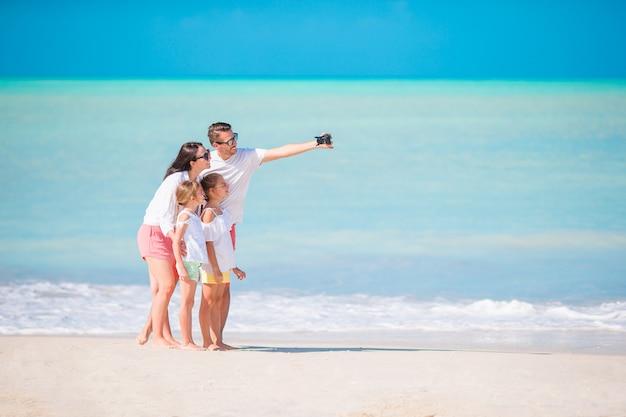 Familie op het strand, familie die foto neemt.