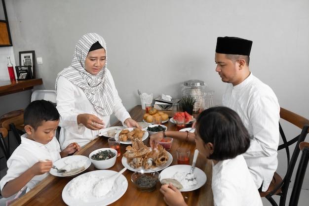 Familie op iftar diner op ramadan