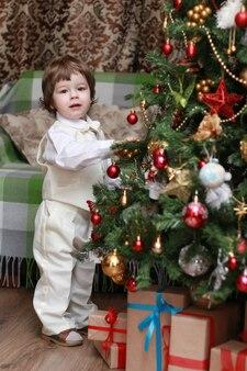 Familie op kerstavond bij open haard kinderen openen kerstcadeautjes kinderen onder kerstboom