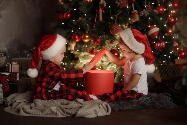 Familie op kerstavond bij open haard.