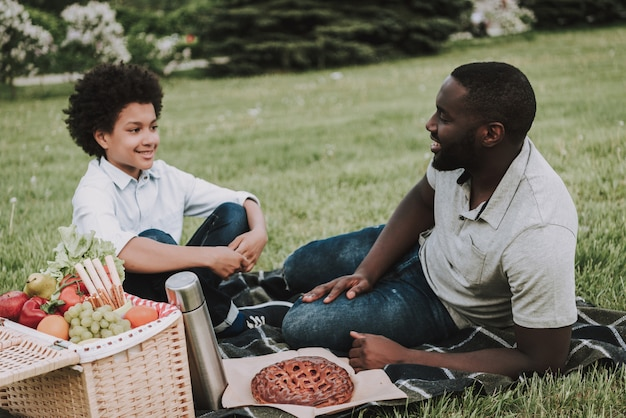 Familie op picknick en op elkaar letten