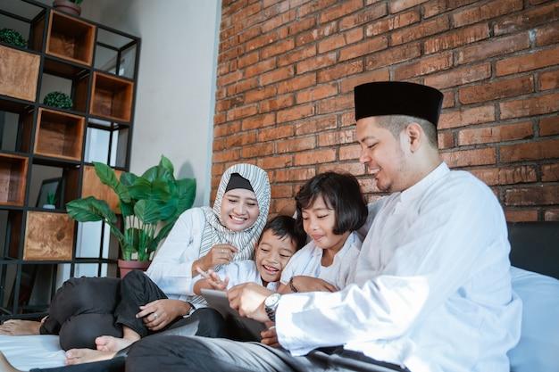 Familie op ramadan kareem met behulp van tablet