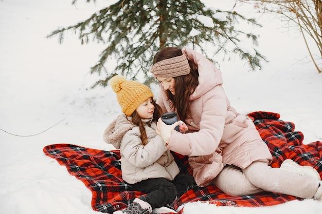 Familie op vakantie in besneeuwde bossen