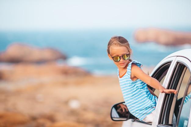 Familie op vakantie. zomervakantie en auto reizen concept