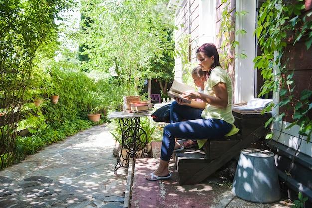 Familie op veranda lezen boek
