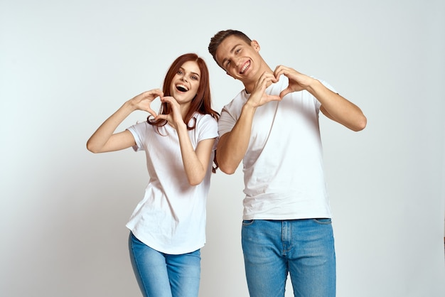 Familie paar verliefd jeans wit t-shirt emoties