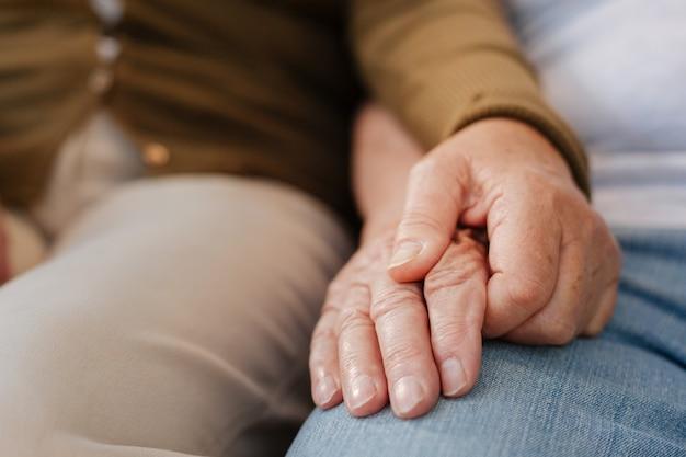 Familie paar zittend op de bank en handen bij elkaar te houden terwijl u rust op de natuur